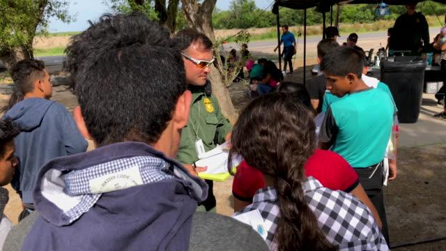 us border patrol agents interview immigrants after taking them into custody on july 02 2019 in los ebanos texas hundreds of immigrants most from... - immigrant bildbanksvideor och videomaterial från bakom kulisserna