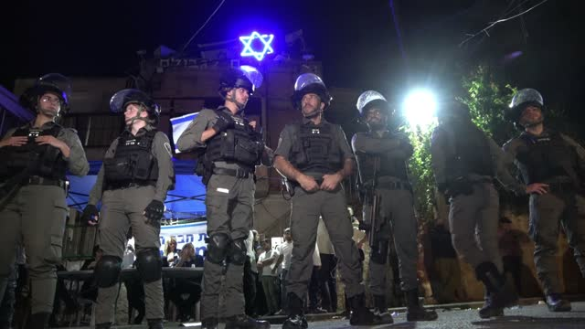 vidéos et rushes de border police stand guard in front of a house which was occupied by jewish settlers as palestinians take part in a demonstration against the... - garder