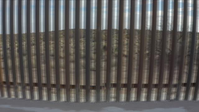 stockvideo's en b-roll-footage met us border wall aerial view - internationale grensbarrière