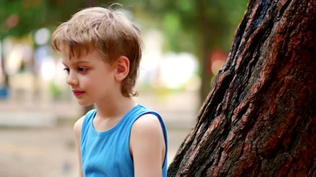 stockvideo's en b-roll-footage met verveeld jongen, close-up - eenzaamheid