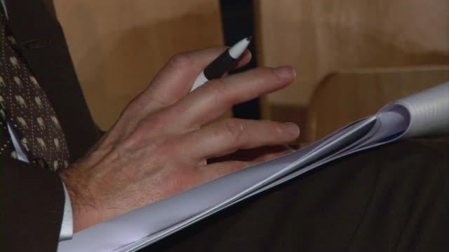 vidéos et rushes de boucle hd: ennuyer homme d'affaires - stylo