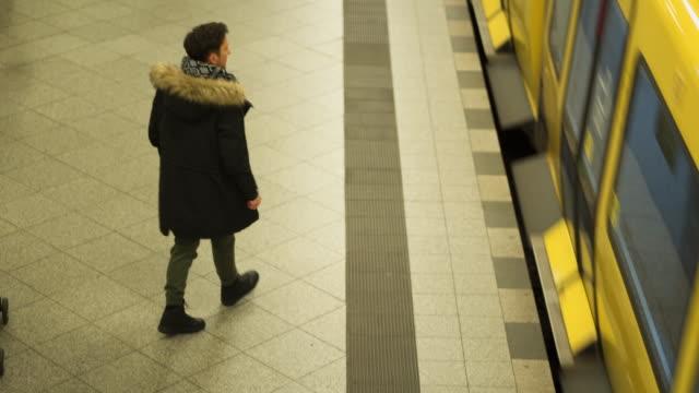 vídeos de stock, filmes e b-roll de homem entediado esperando sua carona no metrô - neckwear
