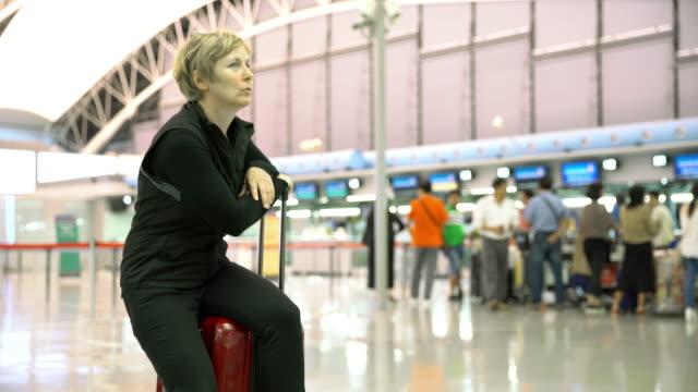 MS Bored vrouw op de luchthaven