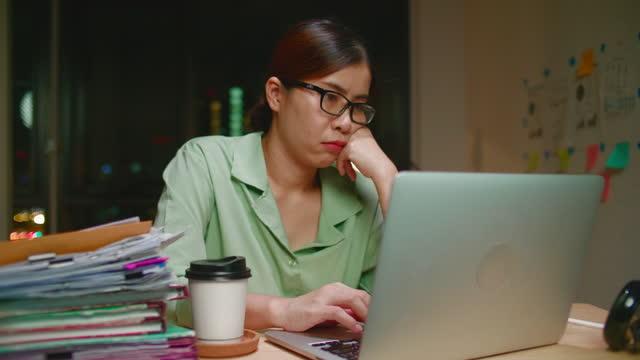 vídeos de stock, filmes e b-roll de mulher entediada trabalhando horas extras em casa - grupo grande de objetos
