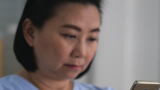 noia in ospedale - 45 49 anni video stock e b–roll