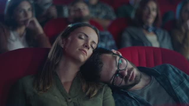 vidéos et rushes de film ennuyeux - dormir