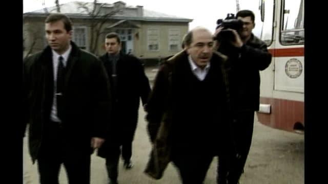 boris berezovsky sues roman abramovich over stake in oil company t18129914 boris berezovsky walking towards with others at the time of the russian... - 実業家 ボリス・ベレゾフスキー点の映像素材/bロール