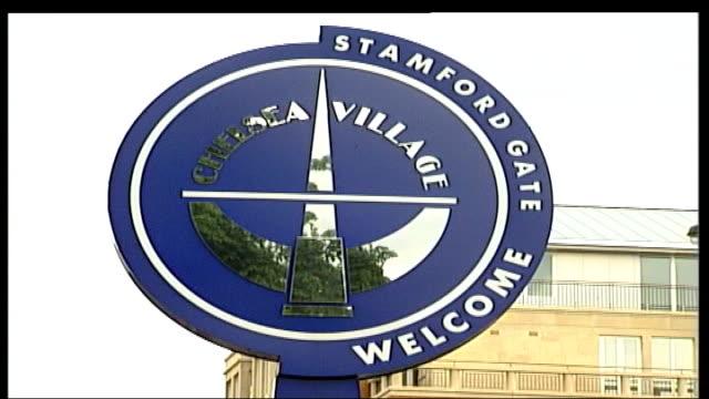 boris berezovsky sues roman abramovich over stake in oil company r07120403 london chelsea stamford bridge ext 'welcome' sign outside chelsea fc... - 実業家 ボリス・ベレゾフスキー点の映像素材/bロール
