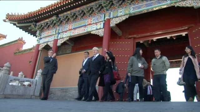 stockvideo's en b-roll-footage met boris johnson announces chinese development in wandsworth t15101323 / beijing forbidden city ext various of boris johnson touring forbidden city with... - wandsworth
