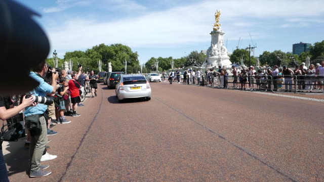 boris johnson arrives at buckingham palace for meeting with queen elizabeth ii at buckingham palace on july 24, 2019 in london, england. - prime minister stock-videos und b-roll-filmmaterial
