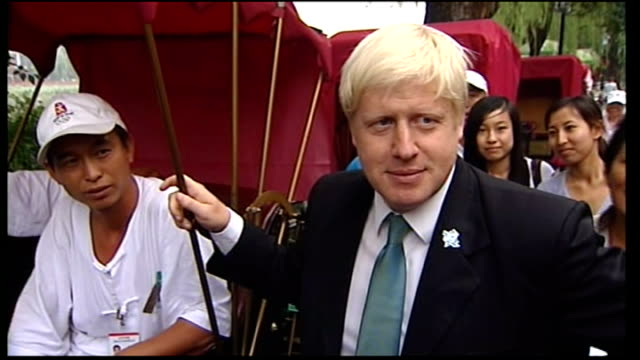 boris johnson arrives in beijing / with mayor / in rickshaw; boris arrives at bicycle rickshaw and shakes hands with drivers boris refuses to comment... - rickshaw stock videos & royalty-free footage