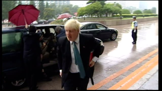 boris johnson arrives in beijing / with mayor / in rickshaw; china: beijing: ext/wet boris johnson out of taxi and says his flight was terrific sot... - rickshaw stock videos & royalty-free footage