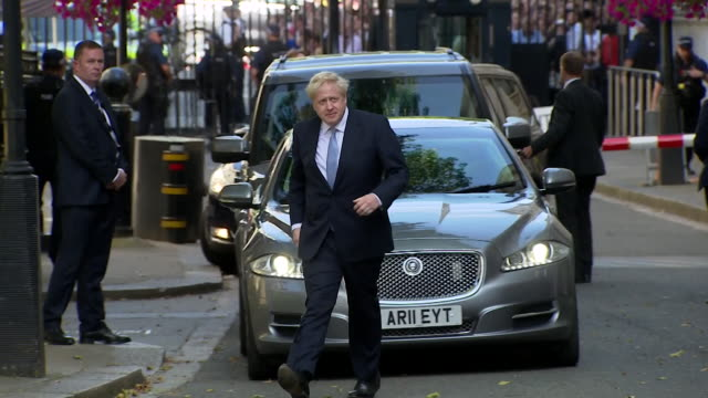 boris johnson arrives in downing street to give his first speech as prime minister - ボリス・ジョンソン点の映像素材/bロール
