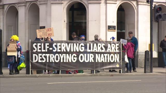 boris johnson arriving at parliament / protesters; england: london: westminster: ext car of boris johnson mp arriving at parliament in convoy /... - politics video stock e b–roll