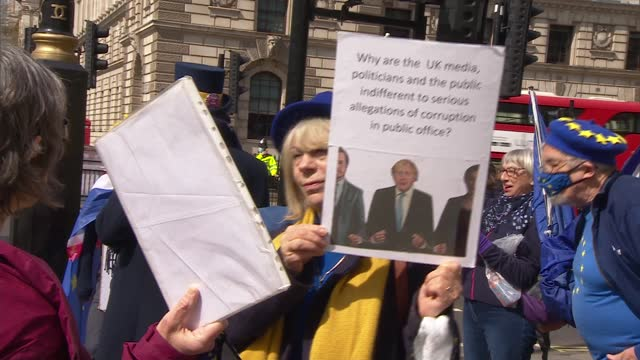 boris johnson arriving at parliament / protesters; england: london: westminster: ext protesters' banner 'self-serving liars are destroying our... - politics video stock e b–roll