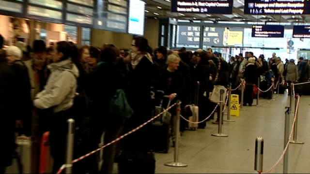 boris johnson backs calls for new london airport; t22121044 england: london: st pancras international station: int long queue of rail passengers... - アリステア マクゴワン点の映像素材/bロール