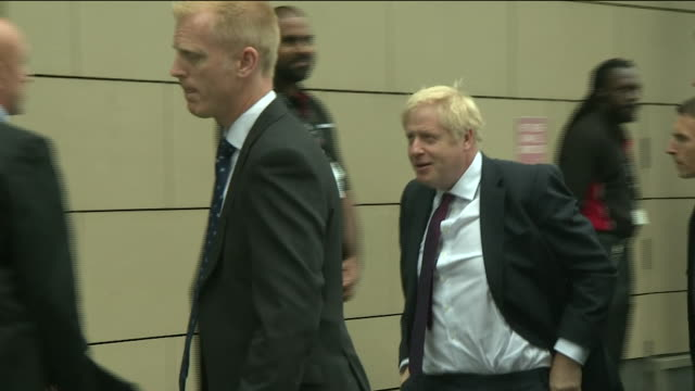 vídeos y material grabado en eventos de stock de boris johnson being heckled as he arrives for a live televised debate with jeremy hunt - concurso television
