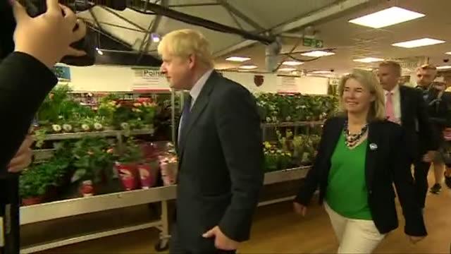 boris johnson conservative leadership contender on visit to garden centre in sevenoaks whilst on the campaign trail - centro per il giardinaggio video stock e b–roll