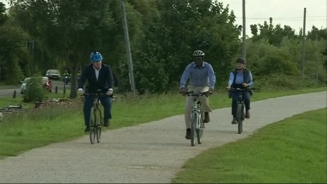 """boris johnson cycling in nottingham to promote the government's investment in cycle lanes - """"bbc news"""" video stock e b–roll"""
