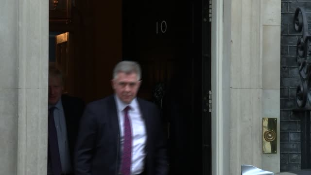 boris johnson departure from downing street for pmqs; england: london: westminster: ext boris johnson mp into car as departing // - domande al primo ministro video stock e b–roll