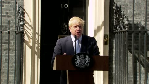 stockvideo's en b-roll-footage met boris johnson first statement as prime minister outside no 10; england: london: westminster: downing street: ext **beware flash photography** boris... - boris johnson