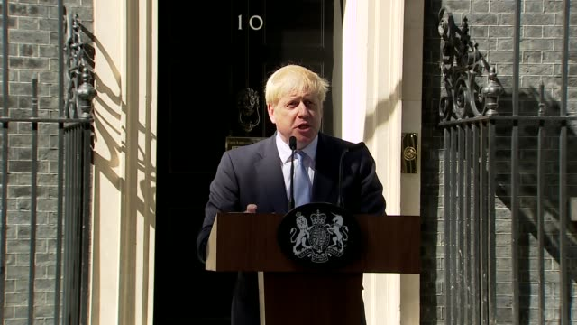 vídeos de stock, filmes e b-roll de boris johnson first statement as prime minister outside no 10; england: london: westminster: downing street: ext **beware flash photography** boris... - primeiro ministro