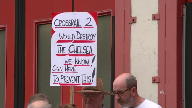 vídeos de stock, filmes e b-roll de boris johnson makes case for a second crossrail in london chelsea low angle view protesters holding banner 'no crossrail in chelsea' felicity kendall... - stop placa em inglês