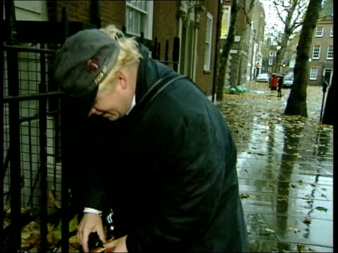 boris johnson mp parking his bike and along pan clean feed tape = d0509313 or programme as broadcast tape = d0509312 t15100447 - boris johnson stock videos and b-roll footage