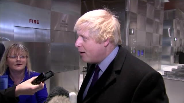 boris johnson new york visit; usa: new york: int johnson posing for photocall with ann wintour in front of union jack flag at dinner to celebrate... - fototermin stock-videos und b-roll-filmmaterial