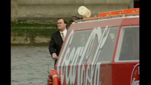 boris johnson plan to encourage commuters to take boat to work 1999 john prescott mp along on boat john prescott mp saying 'they'll want to go on the... - ジョン プレスコット点の映像素材/bロール