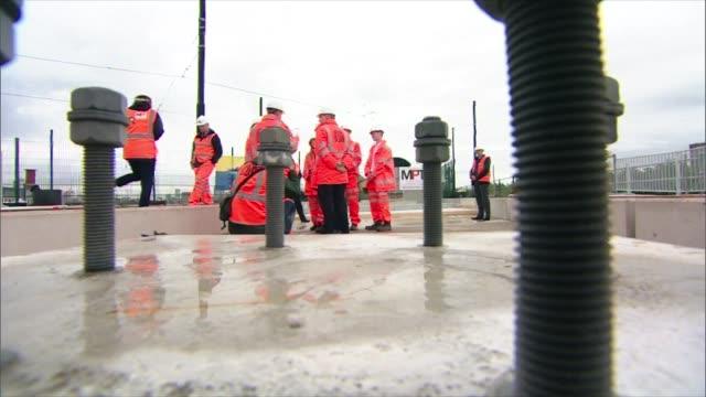 vidéos et rushes de boris johnson pledges funding for new high speed manchesterleeds rail route england manchester old trafford pomona ext various shots of boris johnson... - ligne de tramway