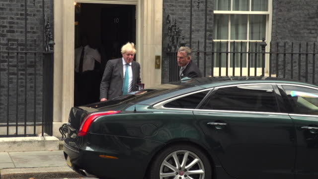 boris johnson pm leaves 10 downing street to attend prime minister's questions at house of commons, amid coronavirus test shortages row - domande al primo ministro video stock e b–roll