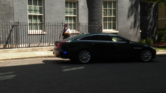 boris johnson pm leaving 10 downing street to go to prime minister's questions, to questions about russian interference in uk politics following... - domande al primo ministro video stock e b–roll