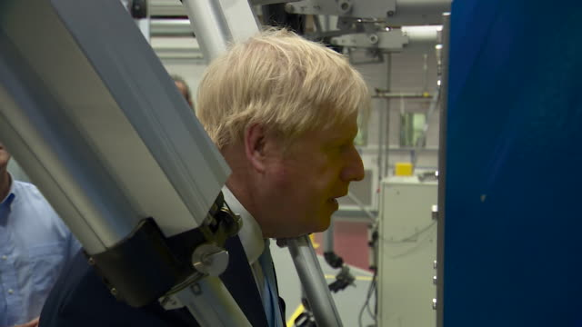 vídeos y material grabado en eventos de stock de boris johnson pm operating robotic arms during visit to the uk atomic energy authority oxfordshire - oxfordshire