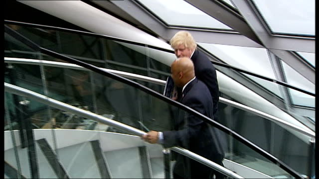 stockvideo's en b-roll-footage met boris johnson recruits us mayor to boost airport campaign england london city hall int boris johnson up stairs with michael hancock and chatting... - rekruut