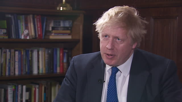 boris johnson saying he hopes the reaction to the salisbury nerve agent attack is a watershed moment in standing up to the russian threat - ボリス・ジョンソン点の映像素材/bロール