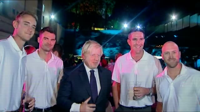 boris johnson trade mission ends; t28111207 **flash photography** at night johnson posing for photocall with members of england cricket team... - squadra di cricket video stock e b–roll