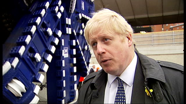 vídeos de stock, filmes e b-roll de boris johnson unveils crossrail tunnelling machines boris johnson interview sot doing everything we can to reduce impact of crossrail on commuters /... - tunnel