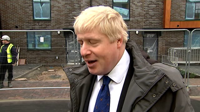 boris johnson visits new housing development in bexley; ext construction workers at building site boris johnson interview sot - on housing... - home ownership stock videos & royalty-free footage