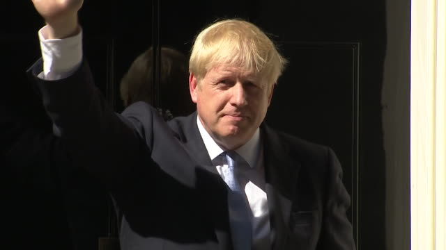 vídeos de stock, filmes e b-roll de boris johnson waves from doorstep of 10 downing street on his first day as prime minister - partido conservador britânico
