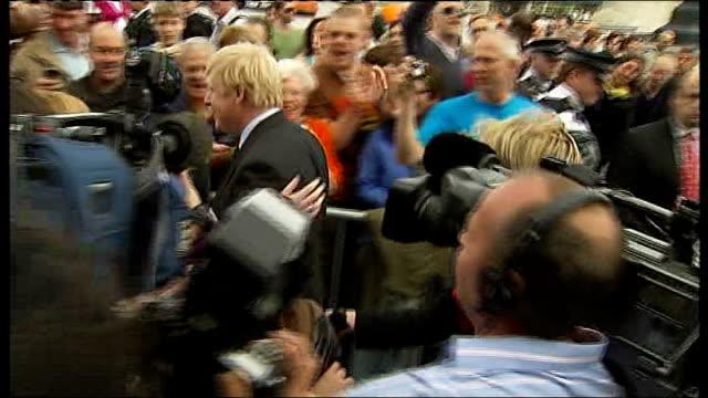vidéos et rushes de boris johnson wins london mayoral election england london ext new mayor of london boris johnson through press scrum and cheering public into city... - maire