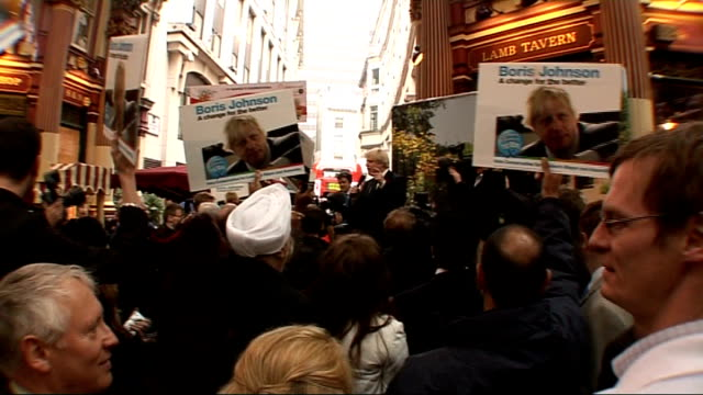 vidéos et rushes de boris johnson wins london mayoral election johnson with cheering supporters in leadenhall market outside the lamb tavern sot - maire
