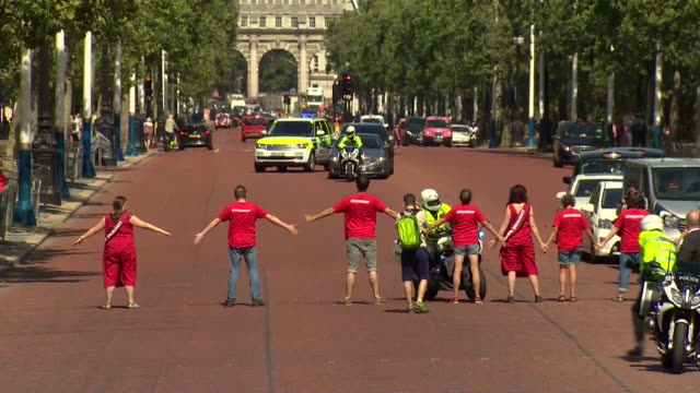 boris johnson's car stopped by climate change protesters on the mall as he heads to buckingham palace to see the queen to become prime minister - ボリス・ジョンソン点の映像素材/bロール
