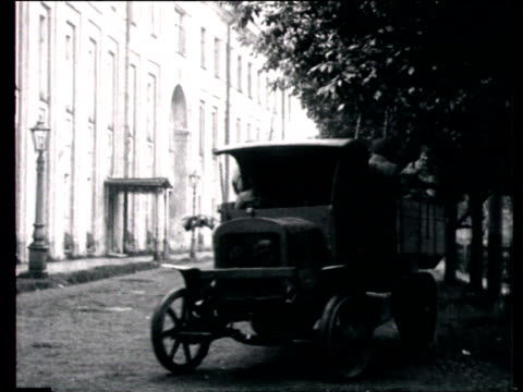 vidéos et rushes de boris savinkov's trial in leningrad, soldier walking past building, truck entering building, men with bags getting off truck, another truck escorted... - 1924
