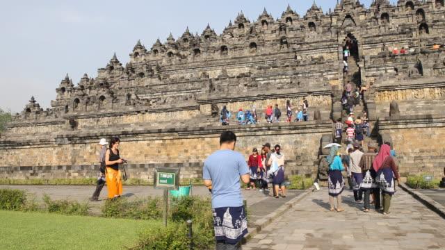 borobudur temple in central java, indonesia - besichtigung stock-videos und b-roll-filmmaterial