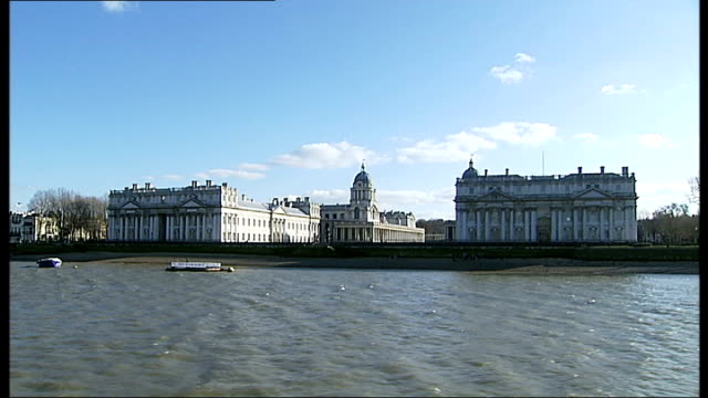 vidéos et rushes de borough of greenwich gets 'royal' status greenwich shot of old royal naval college from boat on thames - fleuve tamise