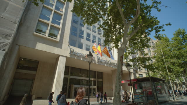 borsa de barcelona stock market building dolly shot. bolsa de barcelona - establishing shot点の映像素材/bロール