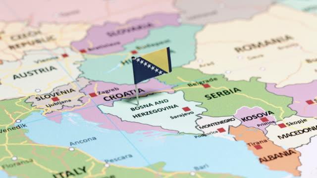 vidéos et rushes de bosnie-herzégovine avec drapeau national - bosnie herzégovine
