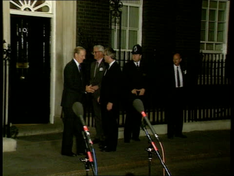 bosnian peace effort; 13.00 england: london downing st night lms pm john major mp, foreign sec douglas hurd mp and us sec of state james baker from... - zoom out点の映像素材/bロール