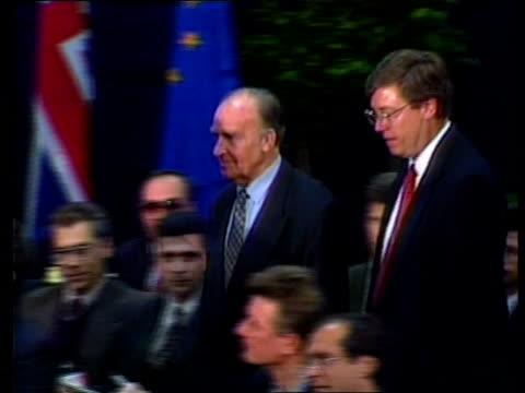 bosnian peace talks begin; usa ohio dayton usafb slobodan milosevic and aide along r-l to peace table as name announced sot tms franjo tudjman and... - slobodan milosevic stock-videos und b-roll-filmmaterial